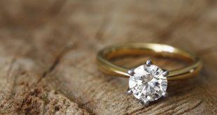 صورة تفسير الخاتم الذهب في المنام للعزباء , عم البس خاتم عمري بالايد