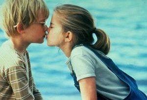 صورة تفسير التقبيل في المنام , البوس في الحلم و شرحه