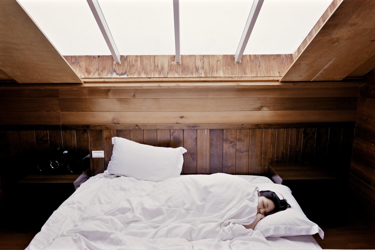 صورة تفسير حلم النوم على السرير مع شخص , معنى رؤيه شخص ينام معك على السرير