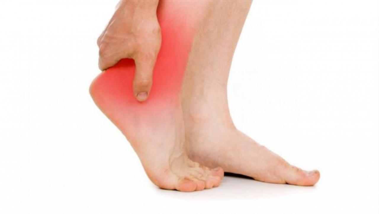 صورة ماهي اسباب الم القدمين، اشعر بالم في قدمي فما السبب